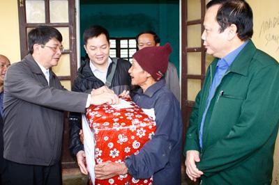 Bí thư Tỉnh ủy Nguyễn Đức Hải tặng quà tết cho người dân huyện Bắc Trà My.Ảnh: N. DƯƠNG