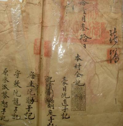 """Các trang địa bạ có ghi xuất xứ cuộc đất chợ Vạn, ghi tên một số cơ sở thờ tự của dân thôn Tứ Bàn và xác định thời điểm lập bộ địa bạ thôn Tứ Bàn (tư liệu năm """"Khải Định nguyên niên""""). Ảnh: PHÚ BÌNH"""