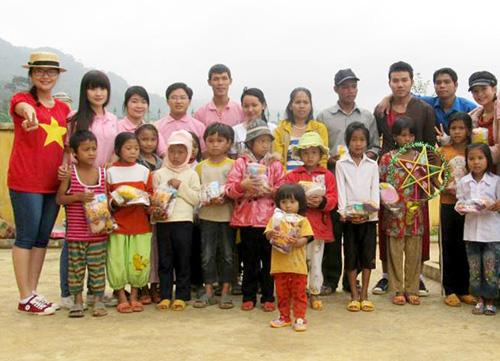Các bạn trẻ CLB Từ thiện Nụ cười hồng tặng quà cho trẻ em xã Tr'Hy (Tây Giang).
