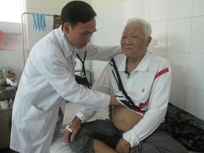 Điều trị cho bệnh nhân tai biến mạch máu não tại Bệnh viện Y học cổ truyền tỉnh.Ảnh: T.A