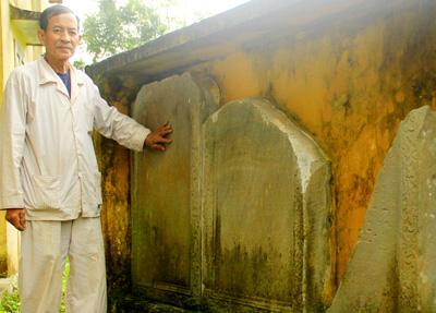 Những tấm bia đá ghi lại lịch sử xây dựng, trùng tu của đình làng.  Ảnh:  PHƯƠNG GIANG