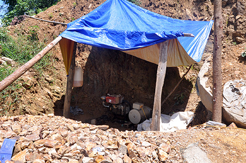 Máy móc khai thác vàng còn tại hiện trường bãi Hố Bứa (Tiên Lập).Ảnh: H.PHÚC
