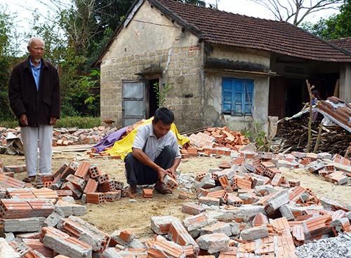 Hai cha con ông Nguyễn  Phước - Nguyễn Tấn Thành bên công trình đã bị cưỡng chế.