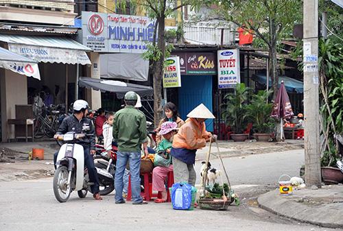 Họp chợ giữa đường - hình ảnh thường thấy ở nội thị Tam Kỳ hiện nay.