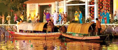 Tái hiện cảnh trên bến dưới thuyền trong đêm hội.