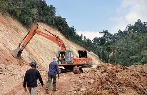 Thi công tuyến đường liên xã đi vùng cao Phước Sơn.Ảnh: Doãn Hoàng
