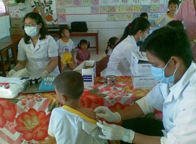 Tiêm chủng vắc xin cho trẻ em tại trường mẫu giáo. Ảnh: A.T