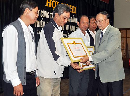 Đảng ủy Khối Các cơ quan tỉnh khen thưởng tổ chức cơ sở đảng làm tốt công tác kiểm tra giám sát năm 2012.Ảnh: VINH ANH