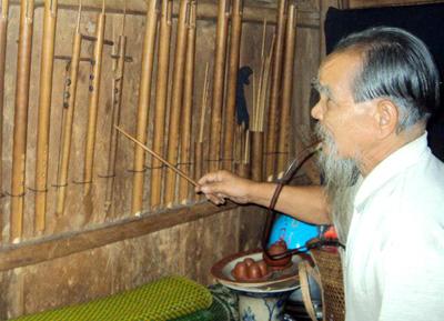 Già A Vel chơi đàn tơm rech và giới thiệu các loại sáo của người Cơ Tu.