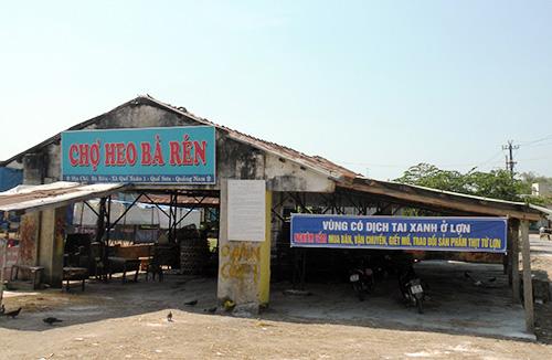 """Hôm qua 19.2, chợ heo Bà Rén (Quế Xuân 1, Quế Sơn) đã bị """"cấm cửa"""". Ảnh: V.SỰ"""