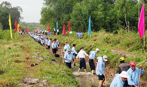 Hàng nghìn người tham gia nạo vét tuyến kênh chính phía đông hồ chứa nước Vĩnh Trinh.Ảnh: V.SỰ