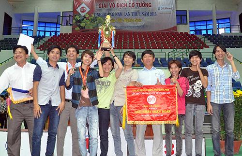 Niềm vui đoạt cúp vô địch toàn đoàn của đơn vị Hội An.Ảnh: TƯỜNG VY