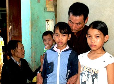 Những đứa trẻ này chỉ còn biết nương náu vào ông bà nội già.