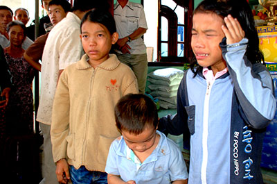 Ba con của vợ chồng anh Huỳnh Văn Phương phải chịu cảnh mồ côi khi còn quá nhỏ.