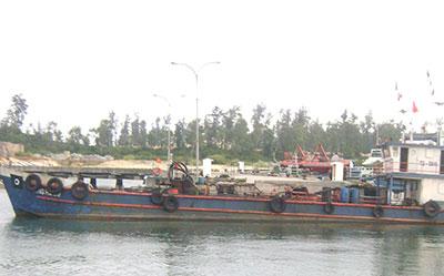 Tàu Quảng Hà 09 bị dẫn về quân cảng Vùng Cảnh sát biển 2 tại xã Tam Quang, huyện Núi Thành để lập biên bản xử lý.