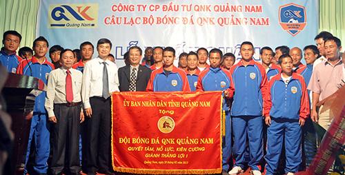 Phó Chủ tịch Thường trực UBND tỉnh Nguyễn Ngọc Quang tặng cờ xuất quân cho đội bóng QNK Quảng Nam.Ảnh: TƯỜNG VY