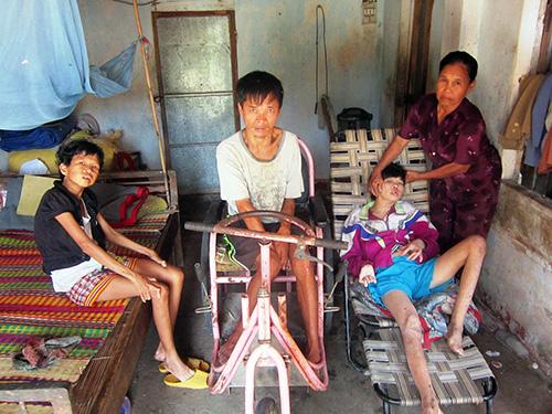 Bà Dung ngày đêm chăm sóc 3 đứa con bệnh tật.