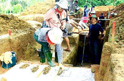 Đoạn thành cổ phía đông kinh đô cổ Trà Kiệu (của người Champa cổ) được đoàn khảo cổ phát lộ. Ảnh: Phương Giang