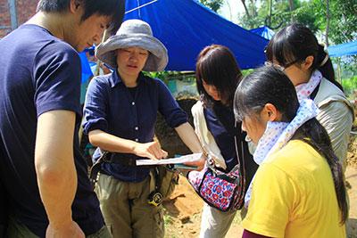 Những chuyên gia tiến hành phân tích kết cấu, chất liệu của đoạn thành cổ. Ảnh: Phương Giang