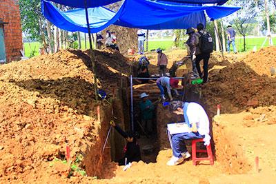 Đợt khảo sát lần này có sự tham gia của nhiều chuyên gia, nghiên cứu sinh ngành khảo cổ đến từ Nhật Bản. Ảnh: Phương Giang