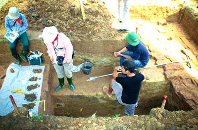 Kết cấu của đoạn thành cổ được khai quật. Ảnh: Phương Giang