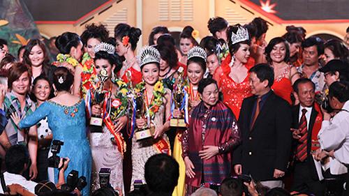 Lễ đăng quang cuộc thi Hoa hậu Dân tộc Việt Nam lân thứ 2 - 2011. Ảnh: Dân trí