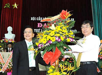 Ông Lê Văn Giảng, Chủ tịch UBND – TP. Hội An tặng hoa chúc mừng và trao quyết định của UBND tỉnh cho chủ tịch Hội cầu lông Hội An.