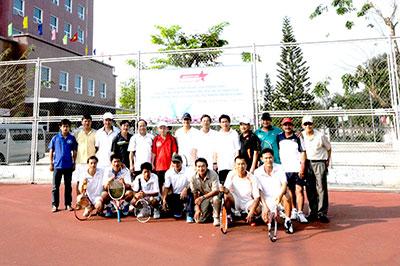 Vận động viên CLB tennis Hùng Vương (Tam Kỳ) và Hội An chụp hình lưu niệm trước giải đấu.