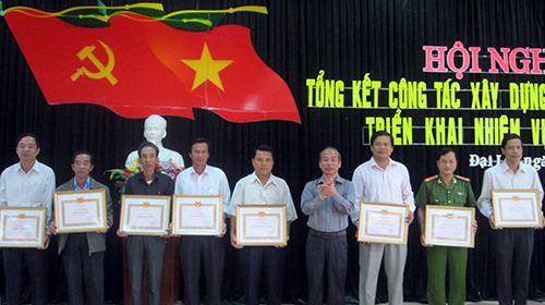 Huyện ủy Đại Lộc trao giấy khen cho các tổ chức cơ sở đảng đạt trong sạch vững mạnh tiêu biểu năm 2012.Ảnh: C.TÚ