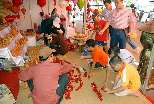 Thế hệ người Quảng trẻ rất háo hức với những sản phẩm truyền thống của quê hương như con tò he của gốm Thanh Hà.