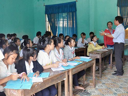 Hướng dẫn học sinh làm thủ tục hồ sơ đăng ký tuyển sinh vào lớp 10. Ảnh: X.PHÚ