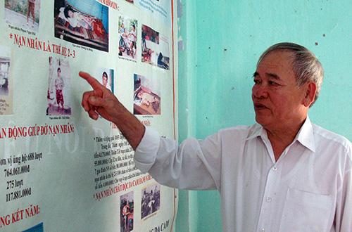 Tuổi đã cao nhưng ông Ninh vẫn miệt mài với hoạt động giúp đỡ nạn nhân da cam.Ảnh: D.LỆ
