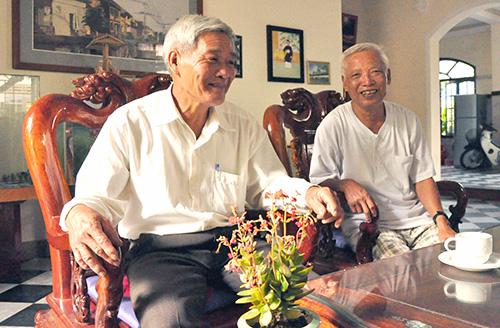 Ông Nguyễn Văn Trước (trái) và ông Nguyễn Hưng kể lại thời khắc giải phóng xã đảo Tân Hiệp.Ảnh: GIANG HẢI