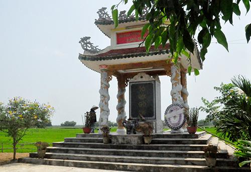 Nhà bia tưởng niệm các anh hùng liệt sĩ, Bà mẹ Việt Nam anh hùng làng Đông Hồ.Ảnh: HÀN GIANG