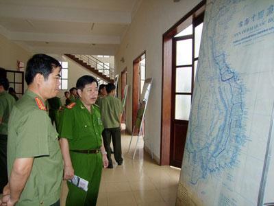 Lãnh đạo Công an tỉnh cùng cán bộ, chiến sĩ xem bản đồ.                                               Ảnh: X.M