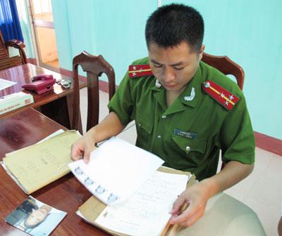 Thượng úy Lê Minh Vân (PC52) kiểm tra hồ sơ chuẩn bị cho chuyên án mới.                                                                                     Ảnh: X.NGHĨA