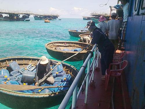 Các dịch vụ hỗ trợ ngư dân tại vùng biển Trường Sa của Tổ quốc.
