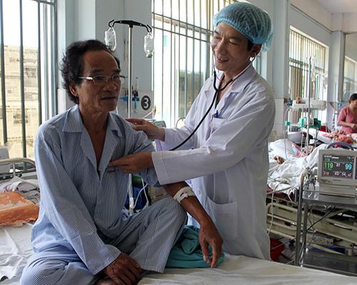 Bệnh nhân Hứa Thanh Minh (58 tuổi, quê thôn Kỳ Phú, xã Tam Phước, Phú Ninh) sau khi được đặt stent động mạch vành chiều 28.3