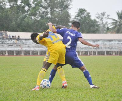 Hậu vệ Tiến Thành (số 2) khóa chặt cầu thủ nhập tịch Lê Văn Tân của Vicem Hải Phòng (99) trong trận cúp quốc gia. Ảnh: A.S