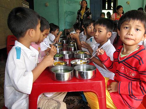 Bữa ăn trưa tại trường Tiểu học Tà Bhing. Ảnh:  NGUYỄN DƯƠNG