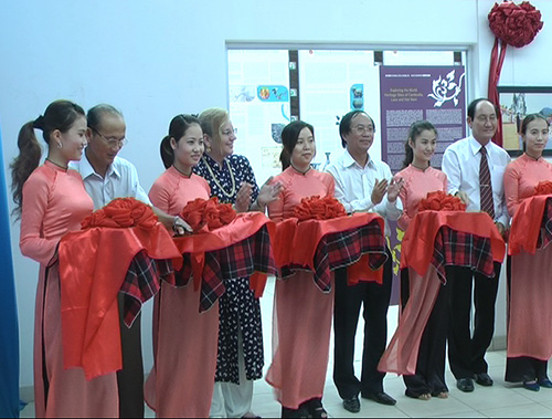 Cutting red ribbon to open the exhibition.