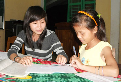Cô giáo Nguyễn Thị Lương nâng cao kiến thức môn toán để các em chuẩn bị thi học sinh giỏi cấp huyện. Ảnh: HÀO VĂN