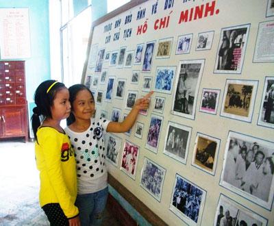 Thiếu nhi tìm hiểu về Bác Hồ qua gian trưng bày hình ảnh cuộc đời, sự nghiệp của Người tại thư viện Trung tâm VH-TT huyện Duy Xuyên.  Ảnh: HÀN GIANG