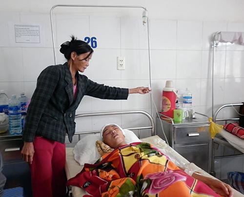 Chị Lợi chăm sóc cho con trai tại bệnh viện. Ảnh: Đ.N.N