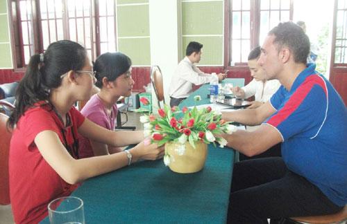 Học sinh trường THPT Nguyễn Bỉnh Khiêm được phỏng vấn trực tiếp để kiếm học bổng du học.
