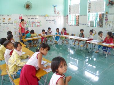 Cô giáo Bling Thị Hoa cùng các em tận hưởng niềm vui được học tại ngôi trường mới.                                                                                             Ảnh: H.YÊN