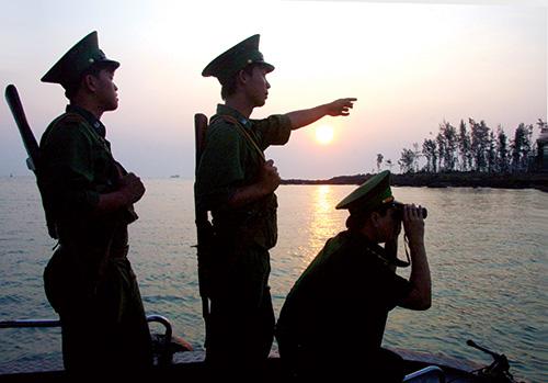 Các chiến sĩ biên phòng tuần tra bảo vệ an ninh biển đảo.