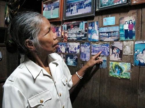 Bà Zơrâm Thị Nhoi bên những tấm ảnh kỷ niệm cùng đồng đội từng một thời vào sinh ra tử.  Ảnh: HỨA CHUNG