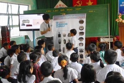 Các chuyên gia của Tổ chức Hành động bom mìn Đan Mạch phổ biến cách phòng tránh bom mìn cho các em học sinh.