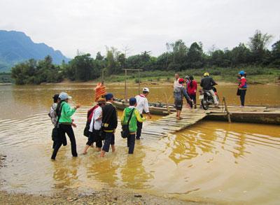 Mỗi ngày hai lượt, các em học sinh ở Đại Sơn phải qua đò để đến trường. Ảnh: L.D